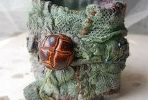 Různé drobnosti / Šperky a jiné oděvní ozdoby z bavlny, filcu, papíru, dřeva i kůže