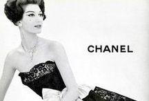 haute couture / Haute Couture tarkoittaa korkearäätälöintiä tai korkeamuotia, eli taideteokseksi tehtyjä vaatteita jotka usein ovat mittatilauksena käsintehtyjä. Haute Couture nimeä saavat käyttää vain tarkasti valitut muotitalot jotka ovat La Chambre Syndicale de Haute Couturen jäseniä. Se on saanut alkunsa 1700 -luvulla Pariisissa