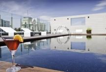 Hotel Alfonso Zaragoza / El hotel Alfonso está ubicado Zaragoza, en la esquina de la calle Alfonso con el Coso Zaragozano, una situación privilegiada, en pleno centro histórico y comercia de la ciudad, a escasos minutos andando de la Basílica del Pilar. Obra de los arquitectos Pemán y Franco y decorado por el prestigioso Pascua Ortega, quien ha diseñado el interiorismo y elegido el mobiliario, creando una atmósfera elegante y sofisticada que sorprende según se va descubriendo.