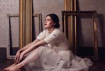 Darling Clothes London / Un crescente successo dal 2008, il Brand premiato con Awards internazionali, nacque da un'idea della designer-imprenditrice londinese Nadia Moraes, vincente retailer. Abiti ultra-femminili, fascino del vintage, quintessenza della cultura 'english'. Ma una creatività dinamica amata dalle celebrities internazionali. Lusso abbordabile, enfasi nella qualità e nei dettagli.