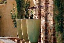 Water in the garden (jardines decorados con fuentes de agua y piletas) / Cómo incorporar un rincón de agua y su sonido en tu jardín.Piletas,etc.