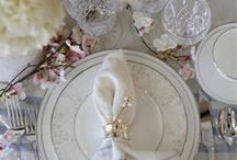 Table Settings / How to set a table. Beautiful tablescapes for holidays and events. Table setting inspiration and decor ideas. Sophisticated table settings and casual tablescapes.