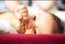 """fotograf botez / Trebuie si sa fii pe faza, in special la momentul botezarii, dar si sa subliniezi, in fotografiile realizate, emotiile parintilor, ale bunicilor ori ale nasilor. Toti cei prezenti au emotii, traiesc la maxim momentul atat de incarcat de importanta in viata celui mic. Fotografiile sunt importante si pentru el ca atunci cand o sa fie mare o sa poata vedea in album """"momentul crestinarii"""" care are rolul lui in viata fiecaruia dar va vedea si cat de mic si de haios ori plangacios a fost la botez."""