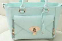 torebki (women's handbags) / Są tu torebki. Raczej eleganckie i stylowe. Nie brakuje tu złotych albo srebrnych dodatków.