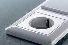 Gira Standaard 55 zuiverwit glanzend / Wit schakelmateriaal waaronder schakelaars, (USB) stopcontacten, dimmers, afdekramen, etc. met ronde afgewerkte hoeken.