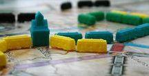 Abenteuer Brettspiele / Ich stelle hier im Blog regelmäßig aktuelle Brettspiele vor und schildere meine Erfahrungen und Meinung dazu. Ich stelle hier Spiele für Einsteiger, Familienspieler, Vielspieler oder Experten vor. Für jeden das richtige Spiel.