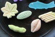 和菓子 Wagashi / I wagashi sono i dolci tradizionali giapponesi, caratterizzati dall`uso di ingredienti e di lavorazioni molto diversi da quelli in utilizzo nell`arte pasticciera occidentale. Uno degli aspetti piu` affascinanti dei wagashi, pero`, rimane il loro lato estetico a cui si dedicano davvero molto tempo, attenzioni e premure.  Stagionalita` e ricercatezza nella rappresentazione estetica sono i due elementi che rendono i wagashi piccole gemme non solo da gustare, ma anche da ammirare.