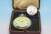Relógio Comemorativo do Jubileu do Rei George V / Excelente peça de coleção, produzido em 1935. A reconhecida casa J.W.BENSON, que foi relojoeiro da Casa Real Britânica, produziu um relógio para comemorar o Jubileu da Coroação do Rei George V e da Rainha Mary.