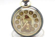 Muito Invulgar Relógio de Bolso, ca.1900 / Muito invulgar peça de relojoaria, produzida por volta de 1900. Trata-se de um relógio que mede 4.8 cm de diâmetro, e possui um raro mostrador com imagem central, de grande beleza e singularidade.