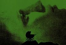 Terror / Neste xénero, a trama –con ou sen elementos fantásticos– vai dirixida a producir no espectador emocións como o medo, o temor, a inquietude o pánico e xogar con estas emocións ao sometelo a suspensos e sobresaltos. Bebendo nas fontes da literatura gótica, adoitan recorrer a ingredientes sinistros e morbosos, seguindo unha galería de arquetipos que veñen a simbolizar, en diverso grao, o abano de sensacións que se abre entre a morte e a dor