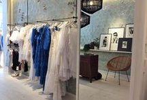 Puro Estilo Adlib Ibiza / La moda adlib se caracteriza por el color blanco, el estilo puramente mediterráneo, con encajes, bordados, volantes, ganchillo y transparencias. Sus prendas tienen un aire etéreo y libre y una marcada estética hippie.