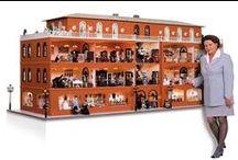 """Das größte Miniatur Kaufhaus der Welt / Von MINI MUNDUS erbaut und von Brigitte und Klaus Reiser eingerichtet. Mit einer Länge von 3,30 m und einer Breite von 1,20 m bietet das traumhaft schöne Miniatur Kaufhaus einen Einblick in 16 Schaufenster und 17 liebevoll eingerichtete Verkaufsabteilungen. Zur Beleuchtung der Räume wurden über 480 Glühbirnen eingebaut. Mehr als 120 Porzellanpuppen mit handgenähten Kleidern beleben die Szenerie. Zu bewundern im Schloß-Ambiente im """"Hessischen Puppenmuseum"""" in Hanau-Wilhelmsbad bei Frankfurt a.M."""
