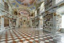 """Das Achte Weltwunder - Größte Klosterbibliothek der Welt / Lassen Sie sich inspirieren von der größten Klosterbibliothek der Welt, die landläufig als """"Das Achte Weltwunder"""" bezeichnet wird. Dieses Gesamtkunstwerk des europäischen Spätbarocks wurde von Josef Hueber in 1776 in Admont in Österreich erschaffen. Die Bibliothek ist über eine Gesamtlänge von 70 Metern von sieben Kuppeln überwölbt und mittels 48 Fenstern belichtet. Die sieben Deckenfresken stammen von Bartolomeo Almonte. In den Regalen darunter stehen in drei Raumteilen 70.000 Bücher."""