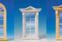 """Stolze Fensterauswahl / Unter uns gesagt: hier blicken wir auf eines stolze Fensterauswahl! Haben Sie im """"echten Leben"""" jemals solch eine Auswahl an wundervollen Fenstern erlebt? Vor der Oberflächenbehandlung der unlackierten Fenster und Türen können die echten Glasscheiben herausgenommen werden, um das Schleifen und Lackieren erheblich zu erleichtern. Die Scheiben sitzen in Schlitzen und werden nach oben herausgezogen. Darüber hinaus ist Glas einfach zu reinigen und es zieht keinen Staub an."""