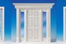 Treten Sie ein! Vielfalt kennt keine Grenzen. / Treten Sie ein! Vielfalt kennt keine Grenzen und bedenken Sie: die Tür ist das Aushängeschild ihres Hauses! Kleines und feines Detail: Alle Türen und Fenster bestehen aus Naturholz und werden fertig montiert geliefert, viele davon sind bereits weiß lackiert und müssen nicht mehr nachbehandelt werden. Die Scheiben der Fenster und Türen sind aus echtem Glas. So sind sie kratzfest wie ihre großen Vorbilder und gut zu reinigen. Im Gegensatz zu Kunststoffscheiben ziehen sie auch keinen Staub an.