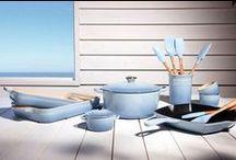 Le Creuset - żeliwna doskonałość / Marka Le Creuset, najsłynniejszy producent kolorowego żeliwa kusi swoimi błękitnymi naczyniami z linii Coastal Blue. Kusi też dożywotnią gwarancją.
