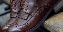 Acessórios / Sapatos oxford e mocassim, chapéu de feltro, relógio analógico e bolsa-carteiro.