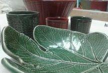 """GiùinLabCeramiche / GiùinLab è un laboratorio di Ceramiche, Architettura e Design. Attraverso il riferimento inequivocabile ai segni del paesaggio ed antiche pratiche pugliesi, sviluppiamo forme contemporanee per oggetti di design. """"Le TerRicottine"""", ceramiche per oggetti d'uso quotidiano e di arredo, (i bicchierini da """"rosolio"""", le tazze, le terrine in refrattaria da forno, le insalatiere, le lampade a sospensione), prendono forma ed effetti dai fuscelli di ricotte e formaggi, tutto è valorizzato dalle cristalline"""