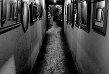 Rooms Black / Gruselige Räume, dystopisch. Hier hält man sich nicht gern auf
