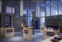 """Copper in a Box / La mostra """"Copper in a Box"""" prende la forma da grandi scatole in legno, che espongono prodotti ed oggetti in rame e sue leghe, conservati al loro interno come tesori nascosti."""