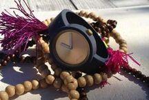 Fullspot Limited Gold / Gold Kasa ve kayis olarak iki parcadan olusan bu seker gibi saatleri cok seveceksiniz! Hic bir alet edevat gerektirmeden kolayca degistirebileceginiz 15 farkli renkteki kayislari ile kendinizi mutlu hissetirecek bir aksesuar Fullspot O'clock!