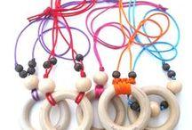 Collares de lactancia / Con este collar, tu bebe se mantendrá entretenido con el mientras come, en vez de jalarte el pelo, la blusa, las orejas, y le servirá de mordedera ena la etapa de dentición, ya que el aro es de madera de maple natural sin químicos ni ceras.