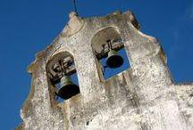 Riudecols / Poble situat en un terreny força muntanyós i enmig de la serra de Puigcerver i Puigarí. A més de la vila de Riudecols, hi ha els agregats de les Irles i de les Voltes. L'església de Sant Pere n'és l'edificació més notable.