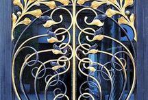 Art Nouveau / Mouvement artistique de la fin du XIX et du début du XX siècle qui s'appuie sur l'esthétique des lignes courbes. c'est un mouvement soudain, rapide, qui connaîtra un développement international concomitant : Tiffany (États-Unis), Jugendstil ( Allemagne), Sezessionstil ( Autriche), Nieuwe Kunst (Pays-Bas), Stile Liberty (Italie), Modernismo (Espagne), Style sapin (Suisse), Modern (Russie).