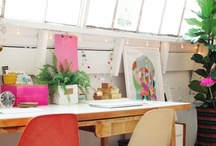 OFFICE / Ideias de como decorar seu cantinho de trabalho. Quem disse que precisamos passar nossos dias em ambientes sérios e sem cor?