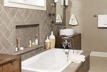 Sala da bagno / Accessori da bagno dalle linee classiche per un bagno contemporaneo.