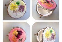 Tesoros encapsulados / Pequeños tesoros como flores, charms, caracolas, etc... Preservadas para la eternidad, encapsuladas en resina