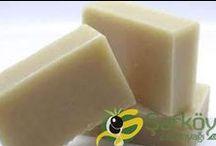 Şarköy zeytinyağı sabununun faydaları / Düzenli kullanıldığında zeytinyağlı sabunun faydaları saymakla bitmez. Bazı Cilt doktorları çok kuru cilde sahip kişiler için zeytinyağı sabunu kullanmasını tavsiye etmektedir. Tenimizin  üzerinde  kalıntı bırakmaz ve her yaş grubu ve cilt tipi için uygundur. Bebeklerin  temizliğinde rahatlıkla kullanılabilir. Şarköy ve bölgemizde zeytin sabunlarımız tamamen saf olarak üretilmektedir. İçinde kesinlikle kimyasal bir madde, boya ve renklendirici yoktur