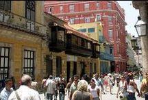 Calle Obispo / La arteria principal de La Habana Vieja es estrecha y peatonal, y se encuentra repleta de galerías de arte, tiendas y bares de música en directo.  La animada calle Obispo fué diseñada en el siglo XVI y su distribución ha variado poco desde entonces. Las edificaciones no tienen más de tres o cuatro alturas, las suficientes para resguardar del sol a casi cualquier hora del día. / by Paseos por La Habana