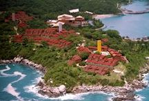 Las Brisas Huatulco / Las Brisas Huatulco se encuentra enclavado en la Bahía de Tangolunda, cuenta con 20 hectáreas de exuberante vegetación y 4 idílicas playas exclusivas de arena dorada.
