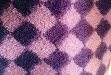 Tova sitteunderlag / Dette er strikket i kontstrikk også kalt neverstrikk.  Opprinnelig skal det stamme fra Finnskogen hvor jeg har mine aner (morfar).  Man strikker en og en rute sidelengs. Det ser ut som neverfletting. Du kan strikke hva som helst i denne teknikken, vanligst tidligere var strømper.  Dette er tovet slik at det har blitt et tjukt og godt sitteunderlag.