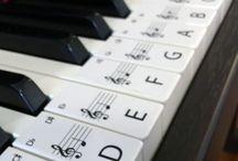 Musique - Partitions / Une compilation de sites pour retrouver des partitions de musique.  Voir aussi : Musicnotes.com et Musescore.com