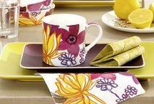 """Sommerwiese & Blütentraum - Summer Meadow & Flower Dreams / Im leichten, weißen Sommerkleid barfuß über die Wiesen laufen, ein lauer Wind und ein traumhaft schöner, geflochtener Blütenkranz im Haar ... - Dieses Blumenmädchen-Gefühl zaubern unsere Designs """"Coleen"""" und """"Adele"""" auf den Tisch. Weitere Neuheiten, Trends und Ideen findet ihr unter www.ihr.eu Folgt uns auch bei Facebook www.facebook.com/IHRliebevolleTischgeschichten"""