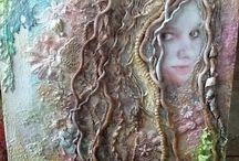 Arts - Médiums mixtes / Avec ces idées, tu peux coller des objets retrouvés, utiliser de la colle chaude comme bas-relief, utiliser divers objets pour créer de la texture et varier la sorte de peinture qui est employée.  Tout est possible avec ce médium.