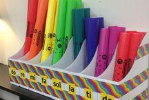 Musique - Boomwhackers / Chansons de percussion avec des tubes. C rouge, D orange, E jaune, F vert pâle, G turquoise, A violet, B rose, C du haut - rouge qui est plus court. Lorsque vous choisissez des chansons, assurez-vous d'avoir les bonnes couleurs.  Il y a des programmes de violon qui utilisent le même système.