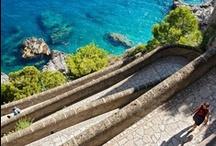 Capri, Amalfi, Neapol & Pompeje / Capri to najpiękniejsza włoska wyspa, słynąca z lazurowej wody i pięknych ogrodów.  Costiera Amalfitańska to najpiękniejszy fragment włoskiego wybrzeża! Z Neapolu pochodzi najlepsza pizza na świecie! Nie może jednak być inaczej - to przecież tutaj narodziła się włoska pizza! W Pompejach zaś życie zatrzymało się uwiecznione w wulkanicznym popiele - to niesamowicie ważne odkrycie archeologiczne!