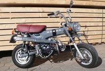 Honda CT 70 – LKR, 123 ccm, Dove Grey / Auf Basis eines amerikanischen CT 70-Rahmens, Baujahr ca. 1970, wurde 2009/10 ein fast komplett neues Leichtkraftrad im klassischen Honda Dax-Look aufgebaut. Sämtliche Verschleißteile wurden durch Original-Ersatzteile oder Teile in Erstausrüster-Qualität ersetzt. Im Zuge dieser Maßnahmen ist ein 123 ccm-Motor sowie eine hydraulische Vorderachsgabel nebst Scheibenbremsanlage einer Honda Nice zum Einsatz gekommen. Sämtliche Umbauten wurden natürlich begutachtet und vom TÜV abgenommen. Verkauft.
