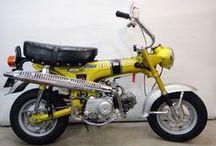 Honda ST 50 G - Mokick, Candy Yellow Special / Mokick im inzwischen wirklich seltenen Original-Zustand. Eine schöne Patina bezeugt die gut 9.000 Kilometer. Erstlack. Der sollte erhalten bleiben. Die Technik ist natürlich komplett überprüft und bei Bedarf überarbeitet. Reifen, Schläuche, Radlager und Bremsbeläge sind neu. Die Sitzbank mit originalem Bezug ist noch perfekt. Originale Papiere und Schlüssel sind natürlich vorhanden. Verkauft.