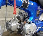 """Honda Dax ST 70 – LKR, 70 ccm / Rund 12.000 Kilometer gelaufen. Gute Substanz aber im Detail dann doch zu """"verbastelt"""". Also: Eine Komplett-Restauration. Neu-Lack in Candy Saphire Blue bzw. Cloud Silver Metallic. Benzintank, Auspuff, Reifen, Schläuche, Kettensatz, Radlager, Lenkkopflager, Bremsbeläge, Batterie etc. sind neu. Motor komplett überholt, Verschleißteile ausgetauscht."""