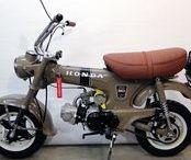 Honda ST 50 G - Mokick, Beige-Grau / Farblich ungewöhnliche 6V-Dax, Bj. 1973, wurde nach den Wünschen des Besitzers wieder hübsch gemacht. Rahmen, Gabel, Schwinge, Kettenschutz und Kotflügel entlackt und neu lackiert. Radnaben, Bremsankerplatten, Felgen, Sitzbankblech, Tankhalter etc. pulverbeschichtet. Die Sitzbank aufgearbeitet und mit feinem Leder bezogen. Die komplett neue 12V-Elektrik ermöglicht den Betrieb des Motors mit kontaktloser Zündung (CDI) sowie die Umrüstung des Scheinwerfers auf Halogen-Licht. Verkauft