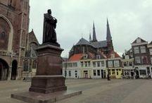 Delft / Delft is een stad met ruim 101.000 inwoners in Zuid-Holland, Nederland. Delft heeft een historische binnenstad en een Technische Universiteit. Willem van Oranje woonde er vanaf 1572 en is er in 1584 vermoord.