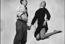 """De Sprong / The Jump / Philippe Halsman (1906 – 1979) wordt beschouwd als een van 's werelds grootste portretfotografen. Zijn naam staat op zo'n 150 """"Life Magazine"""" covers. Op het hoogtepunt van zijn carrière zocht hij naar iets anders, en kwam hij op het idee om zijn onderwerpen te laten springen. Halsman : """"In a jump, the subject, in a sudden burst of energy, overcomes gravity. He cannot simultaneously control his expressions, his facial and limb muscles. The mask falls. The real self becomes visible."""""""