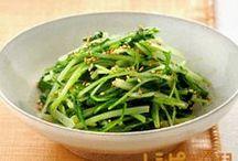 みず菜 レシピ / 生でサラダに、漬物にも、鍋物にも、炒めものにも利用できる万能野菜。その上、通年手に入れることができるます。水菜は丈夫な骨や歯をつくるカルシウムが豊富に含まれます。