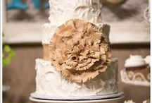 Rustic cakes / Hessian and lace make for a simple yet pretty look!