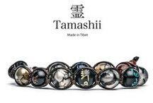 """Tamashii - Bracciali Mantra / """"I Mantra sono invocazioni ai buddha, formule magiche, preghiere o una combinazione di tutte queste. La ripetizione del mantra non e semplicemente un'attivita esterna in cui si vocalizzano suoni; si tratta primariamente di un atto inteso a risvegliare il potenziale cognitivo del meditante.""""  La collezione Mantra rappresenta una serie speciale Tamashii. Le pietre sono intercalate con grani in legno autentico orientale (hua-qi-nanmu) inciso e dipinto a mano."""