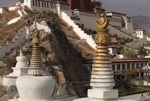 Tibet - Il Tetto del Mondo / Il Tibet, in passato riportato anche come Thibet, è una regione dell'Asia centrale, attualmente rientrante nei confini geo-politici della Cina, sebbene rivendichi una sua autonomia e indipendenza politica. A causa dell'altitudine media di 4.900 m, è chiamato anche Tetto del Mondo o Paese delle Nevi.